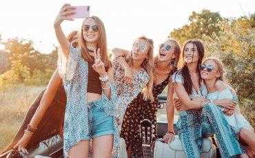 six-beautiful-girls-make-selfie